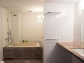 【デラックス和洋室 洗面】 白を基調とした広々と明るいバスルーム。