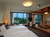 【和洋室】 魚見岳&知林ヶ島側。広さ33平米。洋室ツインルーム+和室4.5畳。