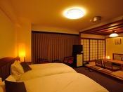 【和洋室】 4名様までご利用いただけます。3~4名様でご利用の際は和室にお布団を敷かせていただきます。
