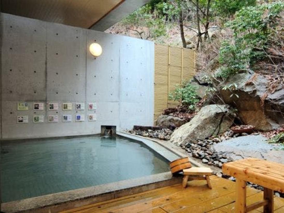 【温泉大浴場・露天風呂】泉質もいいと好評、ゆっくりと温まって旅の疲れを癒して下さい。日帰り入浴はタオル付き1000円です。※当面の間、営業中止となります※