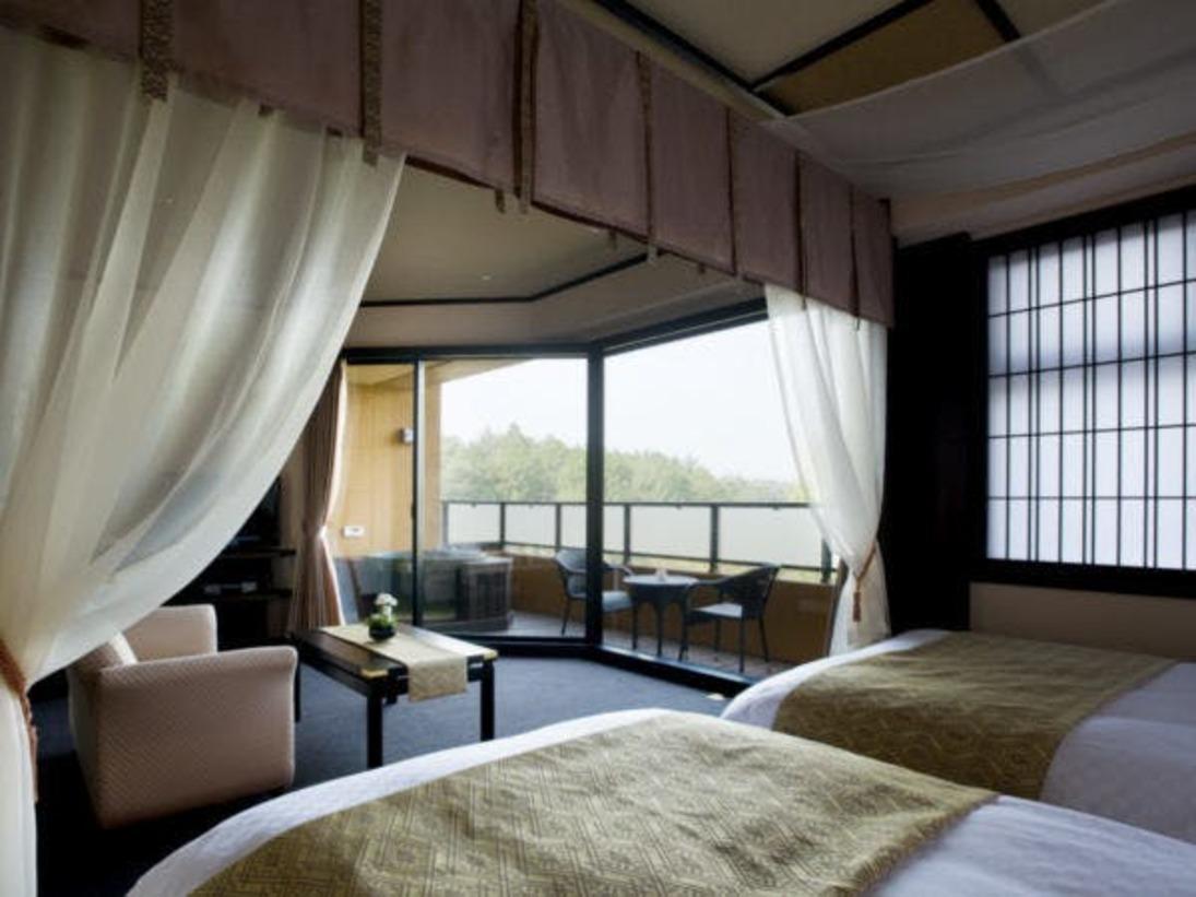 全客室に優雅な天蓋付きベットと露天風呂が付いた王朝浪漫の夢見宿