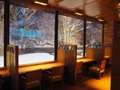 眼前に阿寒川が広がるレストラン『ワッカピリカ』のカウンター席
