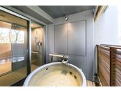 【湖畔側和洋デラックスルーム(露天風呂付)】客室の露天風呂です。