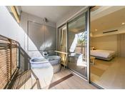 【湖側スタンダードルーム(露天風呂付き)】客室の露天風呂です
