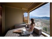 燦里(さんり)富士山眺望の露天風呂付プレミアム和モダンベッドルーム(42平米)/窓際のデイベッドが特等席