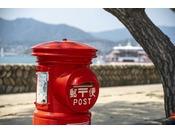 赤いポスト。ホテルの前にある風情ある昔ながらのポストです。素敵な旅の思い出を投函してみては♪