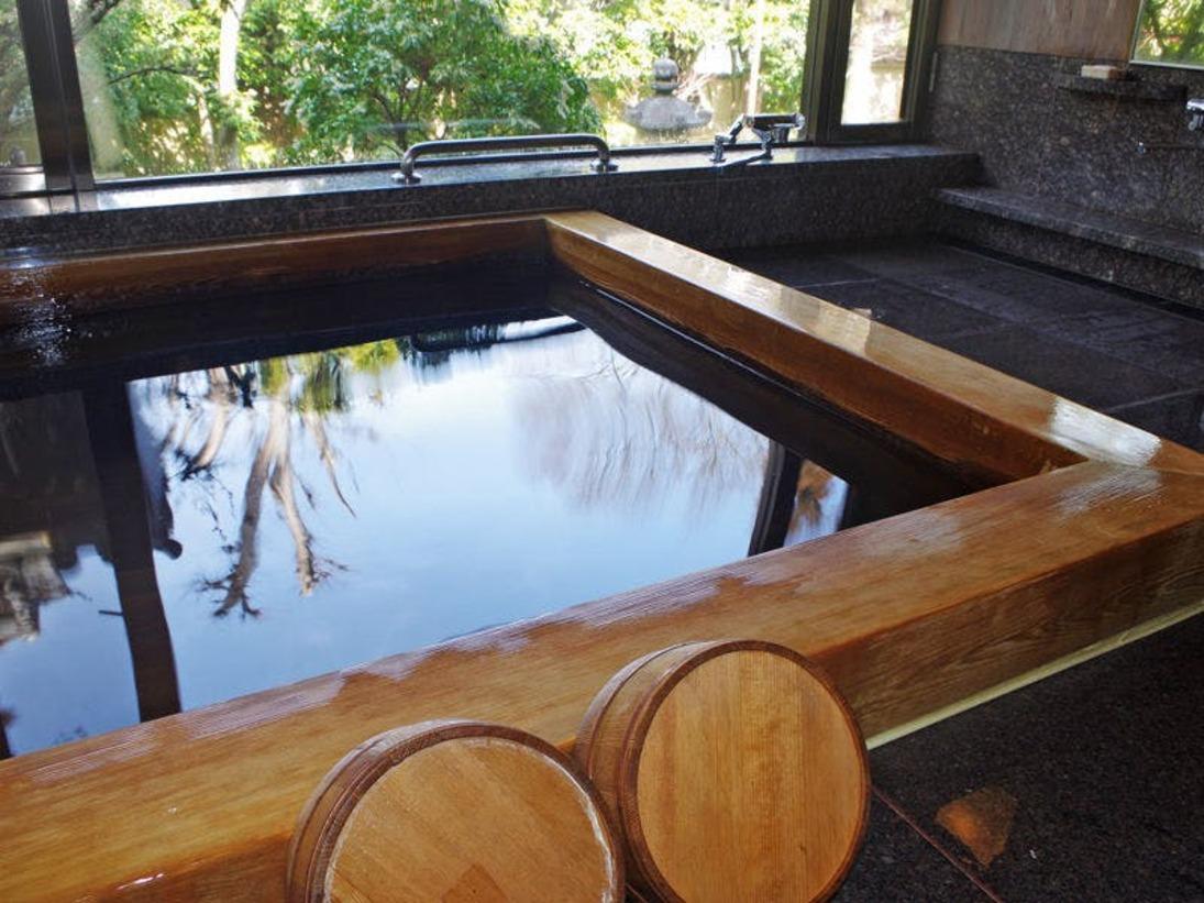 【男湯】庭園を眺めながらの高野まきの浴場は、肌あたりがとてもよくゆったりとした気分にひたれます。。