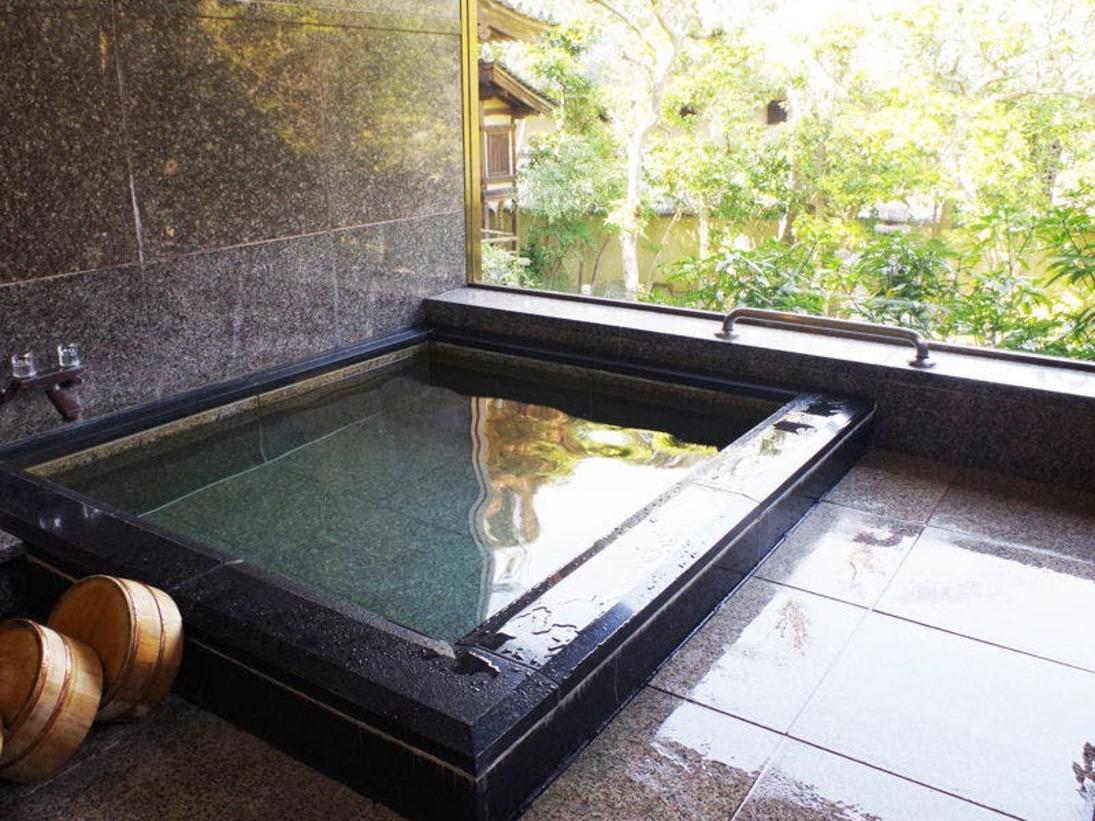 【女湯】庭園を眺めながらの高野まきの浴場は、肌あたりがとてもよくゆったりとした気分にひたれます