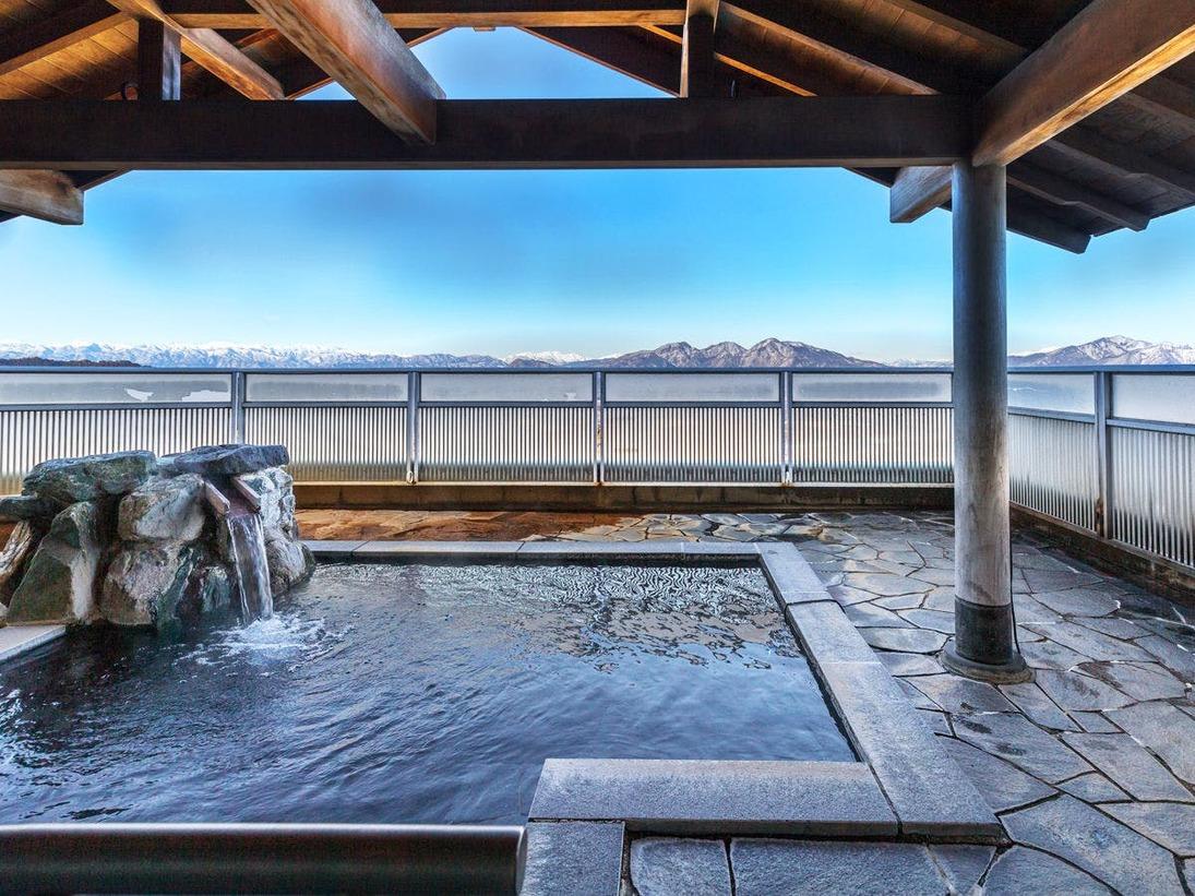 上州の山並みを見渡す絶景露天風呂。開放感あふれる景色を温泉に癒されるひと時をお楽しみください