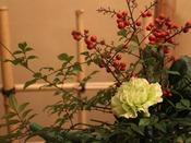 季節の生け花をお楽しみください。