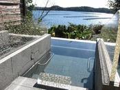庭園露天風呂の寝湯(女湯)の仕切りや枕にはキラキラと輝く真珠が埋め込まれております。
