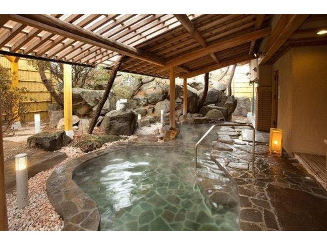 大きな岩を組んだダイナミックな、鯛の湯 露天風呂。美肌の温泉でゆったり。