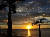 ホテルの目の前のビーチからは水平線に沈む夕日を望むことができます。