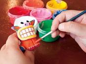 沖縄では守り神といわれる、シーサーを粘土から成形したり、色塗りしたりで、ご自分だけのオリジナルシーサー作りをお楽しみいただける体験コーナーです。お子様は三歳以上を対象として、丁寧にお手伝いいたします。