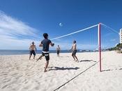 キメ細やかな砂の上で皆でビーチバレー!