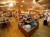 琉球物産館「ちゃんぷるー」沖縄本島のみならず、宮古、石垣など沖縄中から集めた各地の名産、物産が自慢のショップ。