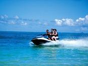 リザン沖の青い海を豪快に周回!インストラクターの操船で海上をかけぬけよう!