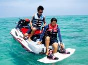 ジェットスキーにボードを牽引してもらい風を感じながら海の上を楽しく滑ろう!