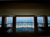 玄関からフロントを右手に進むと、エメラルドグリーンの海が皆様をお出迎え