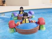 屋内にある温水プールでは、チャイルド手漕ぎボートをご用意しております。