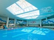 室内プールは温水で1年中利用可。