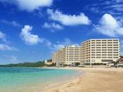 ホテル全景。ビーチでゆっくり過ごすのも贅沢ですよね。