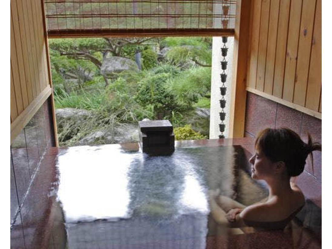客室露天風呂一例一階の五室は、贅沢な源泉掛け流し露天風呂付き。庭園を眺めながら、至福のひとときをお過ごしください。
