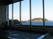 海が広がる展望風呂。大きな窓で開放感は抜群です!