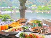 【朝食】[一例] バイキングのメニューは和洋多彩にご用意♪錦帯橋を望む「絶景席」は早い者勝ちです!