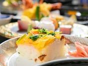【岩国寿司】 酢飯の上に蓮根や椎茸など地元の旬菜と卵を乗せて。彩り鮮やかな岩国の郷土料理。