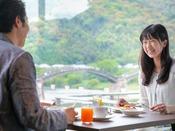【朝食】[イメージ] 明るい陽射しの入る店内で爽やかな朝食を。錦帯橋の見えるお席もございます!