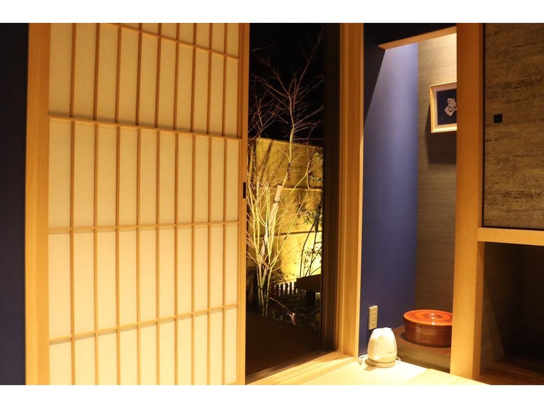 スタンダード和洋室(藍の間)畳スペースから見える庭。