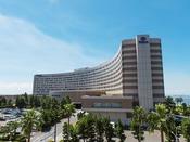 【外観】東京ディズニーリゾート(R)オフィシャルホテル。パークが目の前という好立地。混雑時の入園保証、舞浜駅での手荷物預かりなどの魅力的な特典が満載。