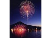 河口湖冬花火『湖上の舞』冬の澄んだ空に打ちあがる花火は、夏の花火よりきれいに見えるんですよ。華麗な花火が湖上に咲きみだれます。1月中旬~2月中旬の毎週土・日曜日と富士山の日2月23日(木)時間:20:00~20:20