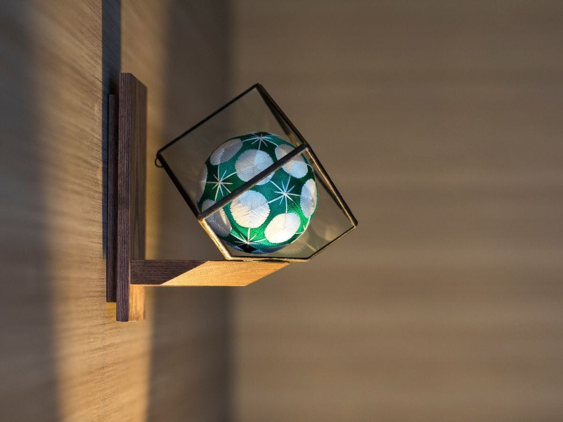 加賀五彩の伝統色に合わせた加賀てまりを各客室に装飾しています。