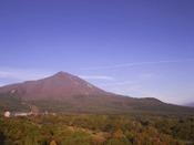 紅葉に染まる磐梯山とホテル