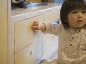 Baby's Sweet、Kiddy Sweet「いたずら防止家具」お子様の安全面を考え、開閉式の扉はいたずら防止のプッシュボタン式に。子どもの指の力では開閉できないように工夫しました。