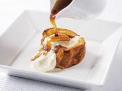 レストラン「グランサンク」朝食ブッフェ【おすすめメニュー:キャラメルフレンチトースト】バゲットを使用した、グランサンクオリジナルのフレンチトーストです。キャラメル、生クリームとともにお召し上がりください。