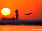 対岸から見た管制塔と夕陽