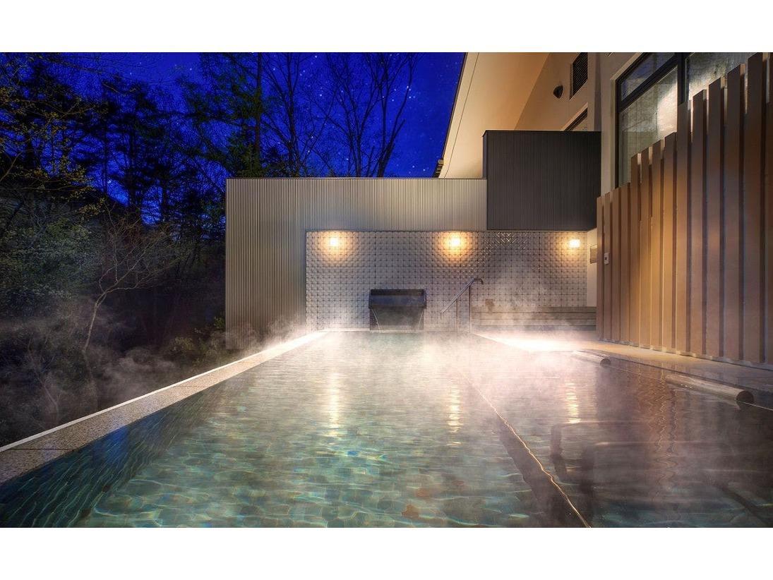 遮るものが一切ないオープンエアの露天風呂では、北アルプスの木々に囲まれ、きらめく満点の星空のもと、葛温泉から引いたかけ流しの天然温泉を贅沢にお楽しみいただけます。