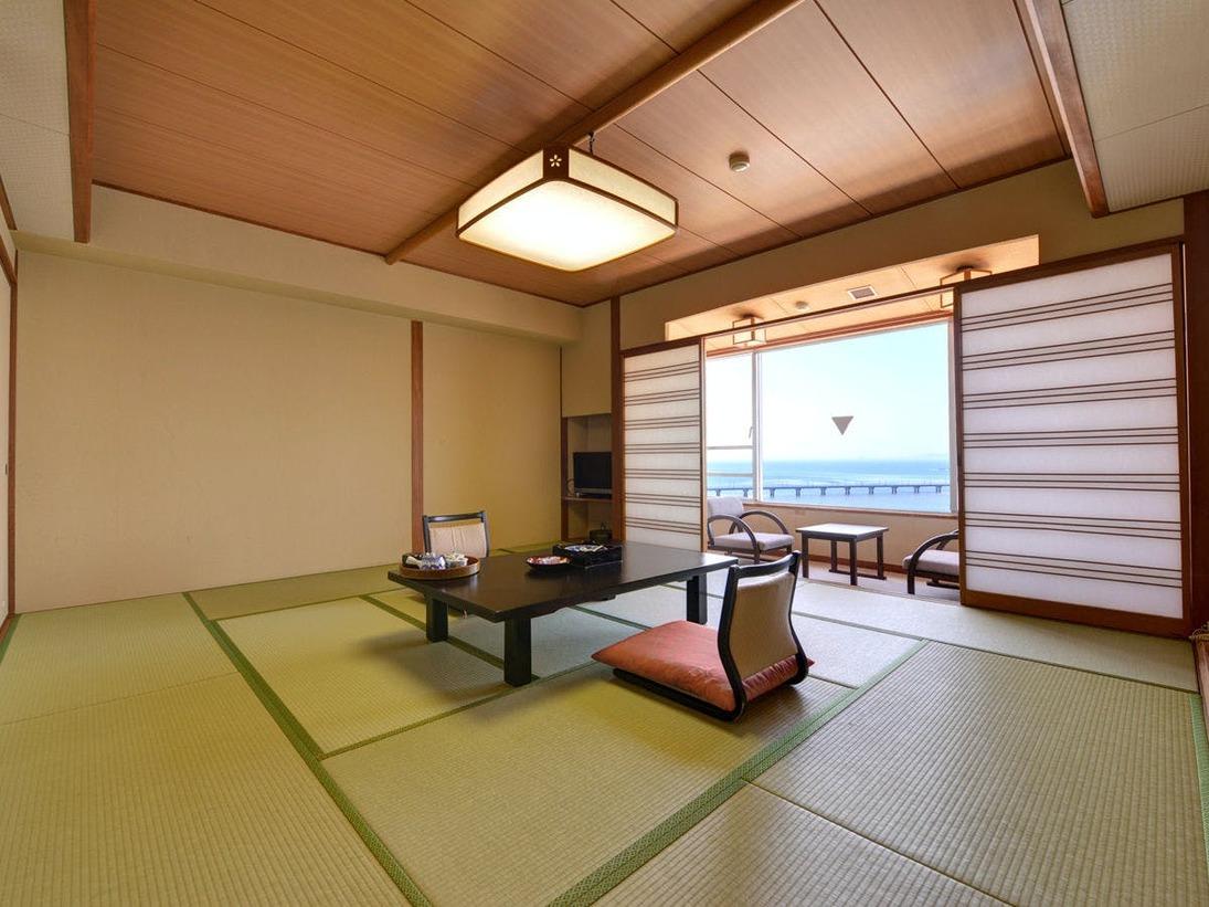 *和室(客室一例)/全室オーシャンビュー。竹島をはじめ、三河湾の絶景を心ゆくまでご堪能下さい。