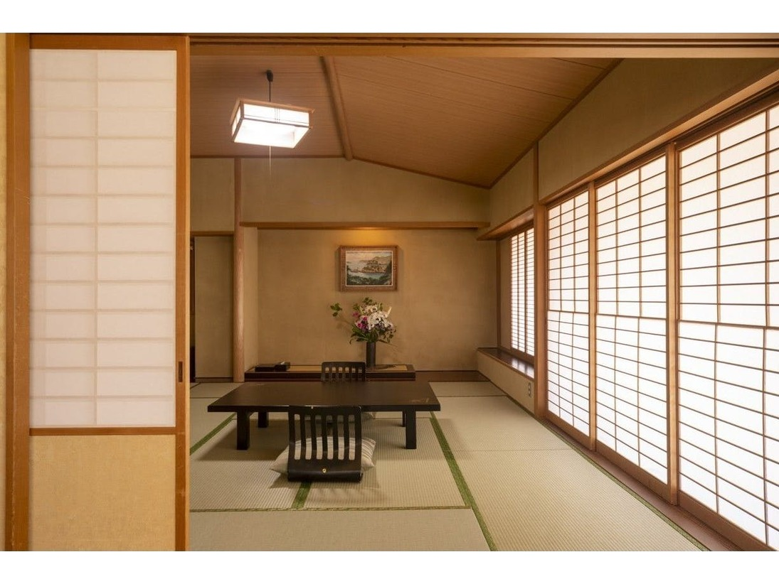 特別室。洋室のベッドと合わせて最大8名様までご宿泊可能です♪