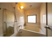 バスルーム。すべてのお部屋にバスルーム完備!大浴場とともにお好みに合わせてご利用ください。