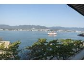 海側和室からの眺め。向こうに見えるのは本土の景色です♪