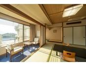 街側和室。昼間はあたたかな日が射し、宮島の景色がとても映えます!