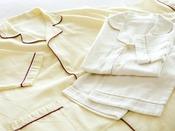 ファーストクラス、ビジネスクラスにはワンピースタイプとセパレートタイプのパジャマをご用意しています。