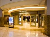 空港や鉄道駅からお越しの場合は、2階入り口からお入りください。フロントは1階にございます。
