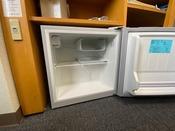 各客室には、冷蔵庫が備え付けてあります。中身は空ですので、ご自由にお使いいただけます。
