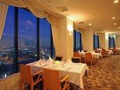 大きな窓から41階ならではの夜景がたのしめるトップ トップ オブ ヨコハマ 鉄板焼&ダイニングでゆっくりとお食事をおたのしみください。