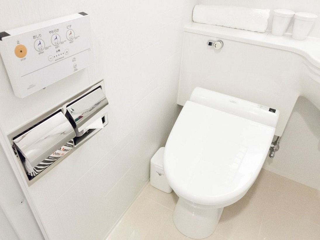 全客室、温水洗浄便座を導入しております。壁 に設置しているリモコンにて、機能を選択してご 利用下さいませ